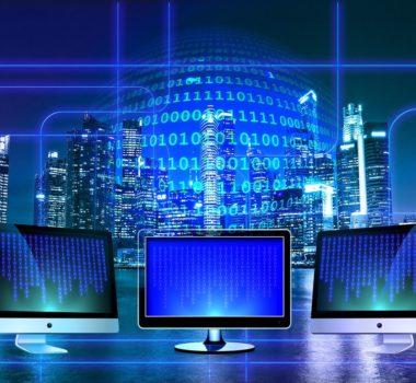 cenzura internetu - trzy monitory na tle sieci internetowej