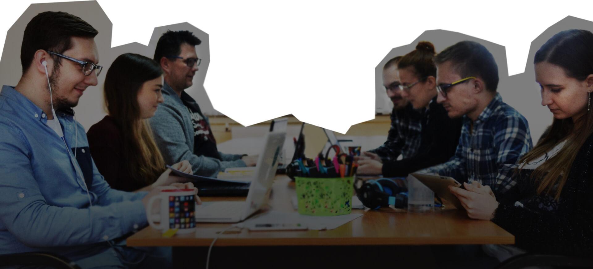 Programiści i graficy przy pracy