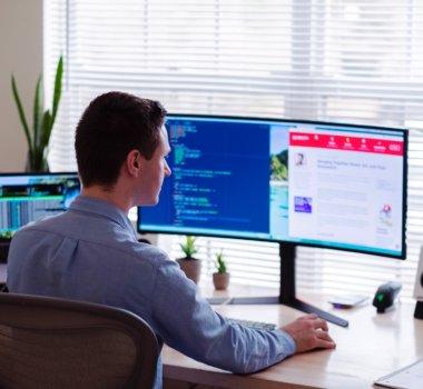 Mężczyzna przed komputerem, home office.