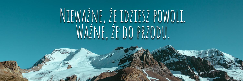 Darmowe fonty odręczne -Amatic, napis na tle ośnieżonych szczytów górskich.